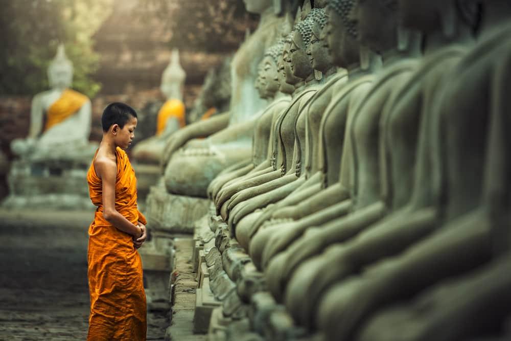 Méditation du moine novice vipassana devant la statue de Bouddha