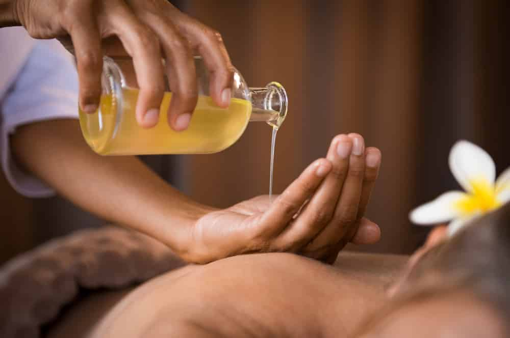 Masseuse se prépare à faire la procédure spa orientale pour un soin relaxant