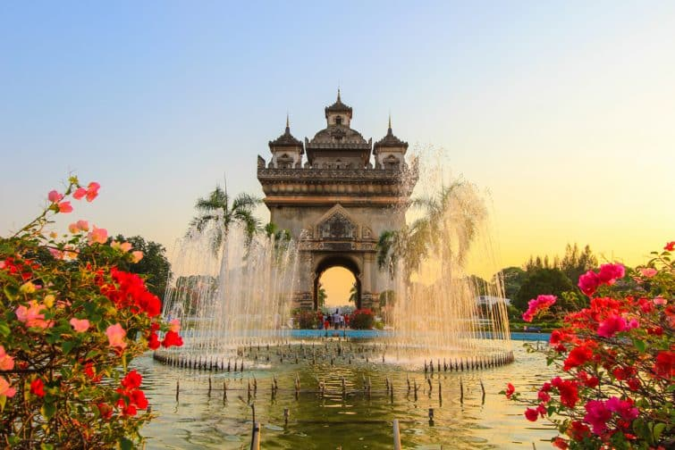 Patuxai Gate dans le quartier de Thannon Lanxing à Vientiane, Laos