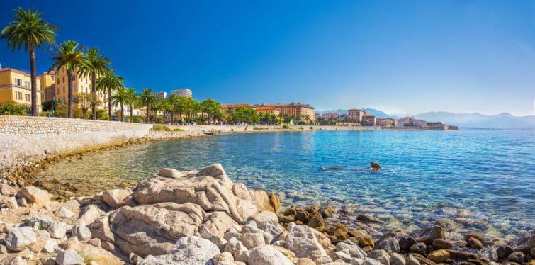 Paysage côtier de la vieille ville d'Ajaccio avec palmiers et maisons anciennes typiques, Corse, France, Europe.