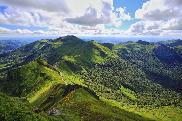 Paysage panoramique de montagnes volcaniques : vue du Puy de Sancy