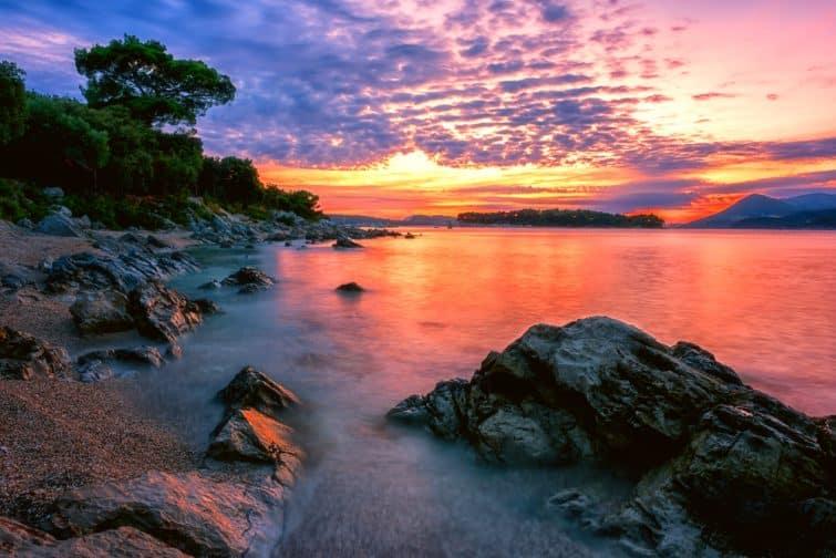 Paysage saisonnier époustouflant au coucher du soleil sur la plage de Dubrovnik, baie de Lapad, Croatie.
