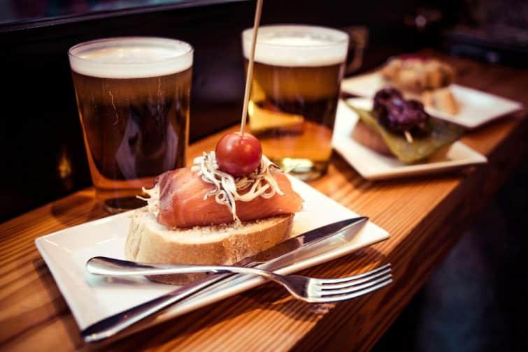 Pinchos ou pintxos, apéritif traditionnel du Pays basque. Servi avec de la bière