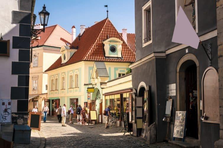 Rue médiévale dans la vieille ville de Cesky Krumlov à l'intérieur du château, République Tchèque