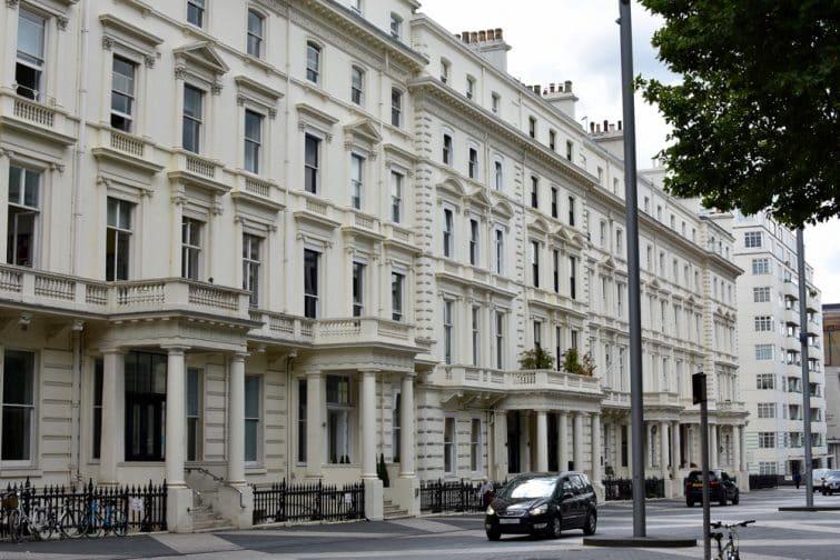 Rue typique des maisons de ville londoniennes dans le quartier de South Kensington