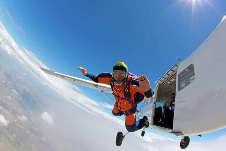 Vieil homme réalisant un rêve, sautant d'un avion