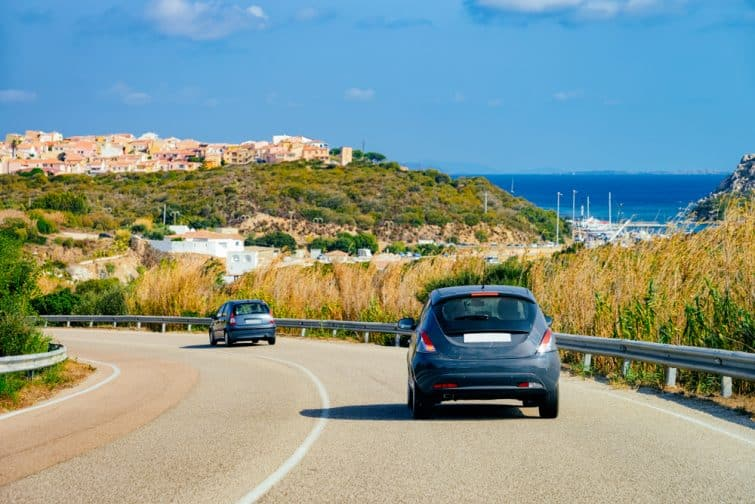 Voitures sur la route de Porto Cervo sur la Costa Smeralda dans l'île de Sardaigne en Italie en été. Transport sur l'autoroute en Europe. Vue sur l'autoroute.