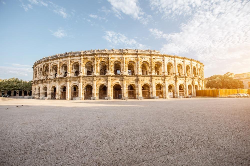 Vue matinale sur l'ancien amphithéâtre romain de la ville de Nîmes, dans la région d'Occitanie, au sud de la France