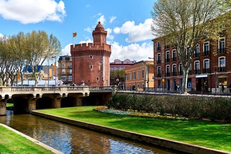 Vue sur le canal et le château de Perpignan au printemps. Pyrénées-Orientales, France