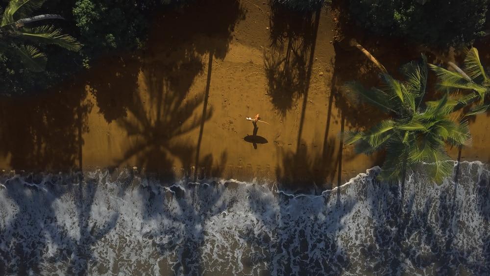 Surfeur sur la plage de Bali