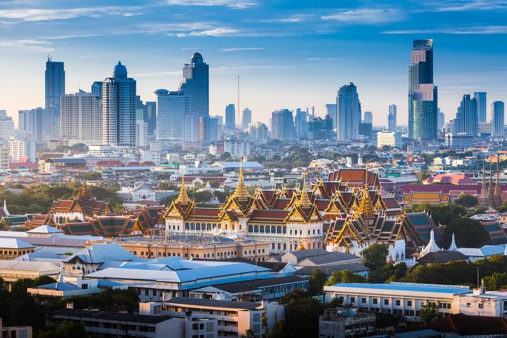 Le Grand Palais d'Or de Bangkok. avec vue sur les gratte-ciel de la ville au lever du soleil.