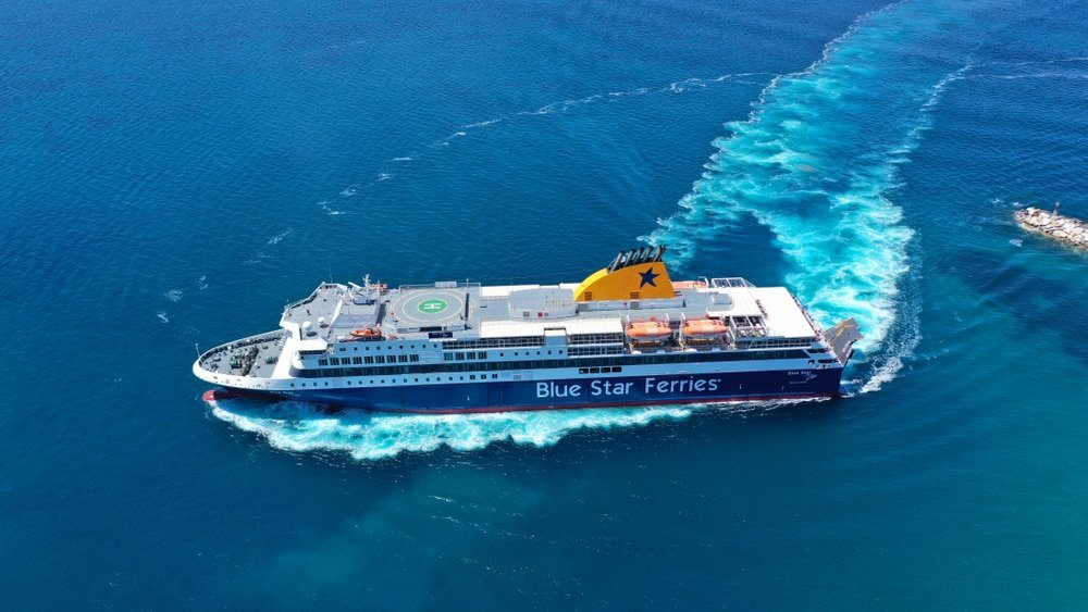 Photo aérienne d'un ferry blue star ferries dans les Cyclades