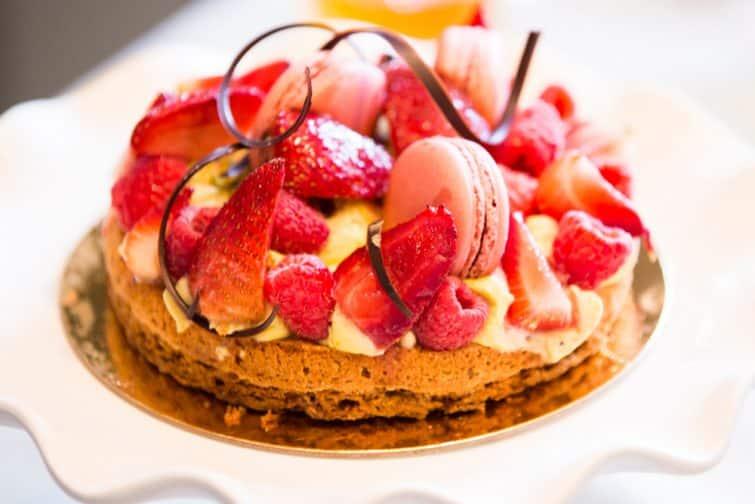 Un gâteau accompagné de fraises de Plougastel
