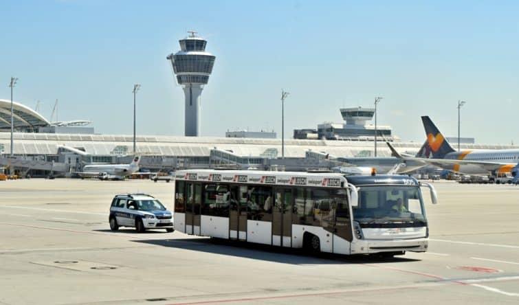 Navette/bus sur le tarmac de l'aéroport de Munich