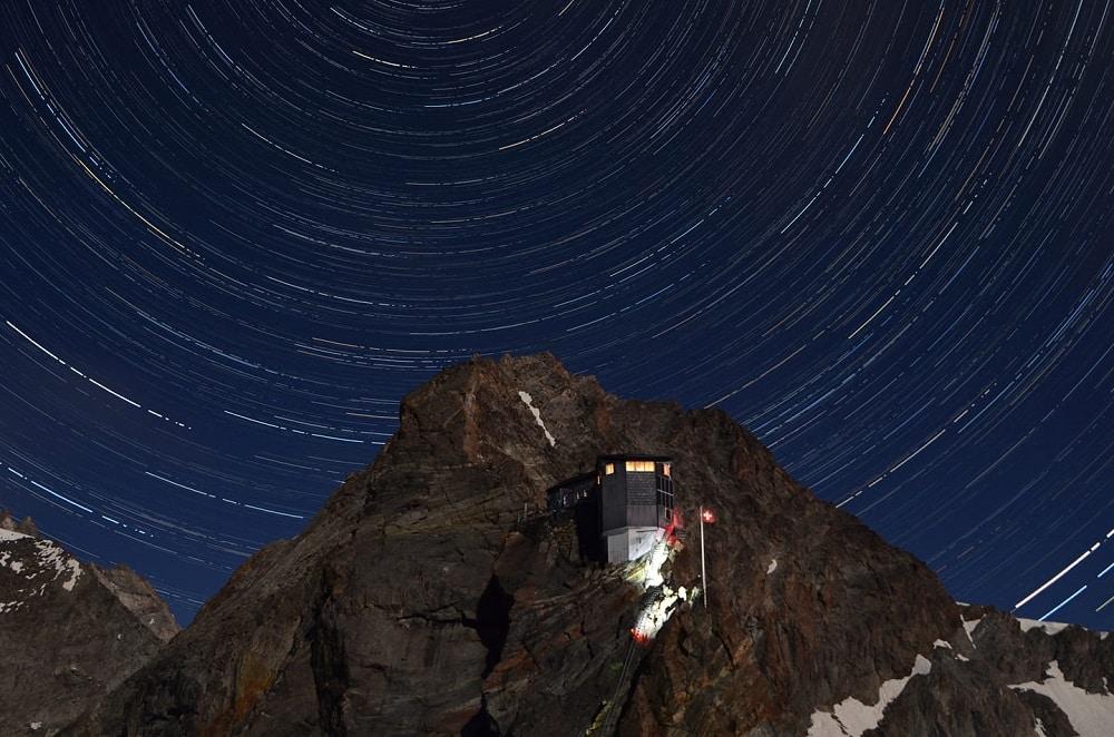 Ciel étoilé au dessus de la Cabane Bertol en Suisse