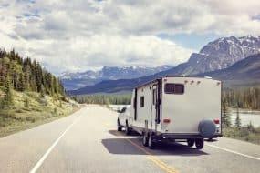 Un camping-car vers les montagnes canadiennes