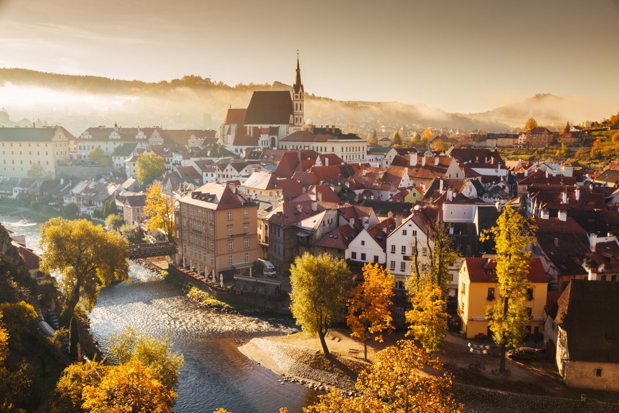 Vue panoramique de la ville historique de Cesky Krumlov avec le célèbre château de Cesky Krumlov, site classé au patrimoine mondial de l'UNESCO depuis 1992, sous une belle lumière dorée le matin au lever du soleil à l'automne, République tchèque