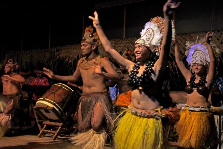 Spectacle de danse en costume traditionnel à Rarotonga, Îles Cook