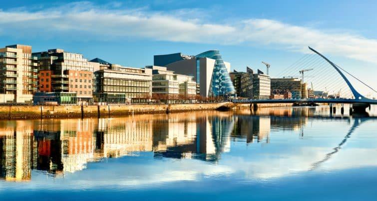 Bâtiments et bureaux modernes sur la rivière Liffey à Dublin