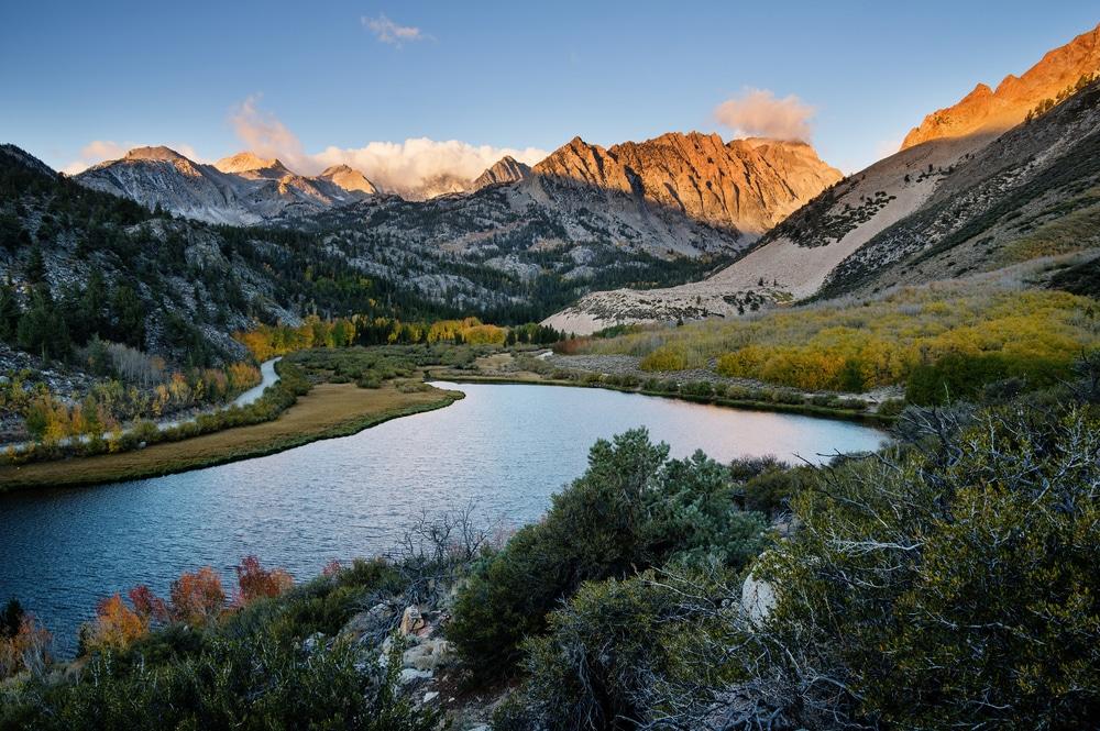 Lac et montagnes dans la Sierra Nevada