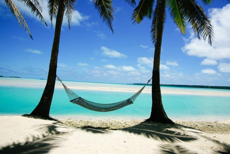 Hamac suspendu entre deux palmiers, lagon Aitutaki, Îles Cook