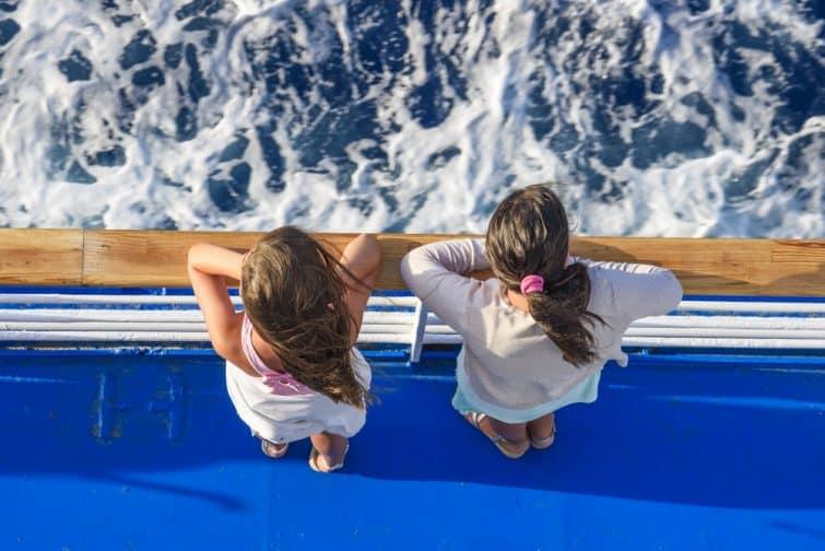 Deux enfants sur un ferry dans la Mer Egée en Grèce