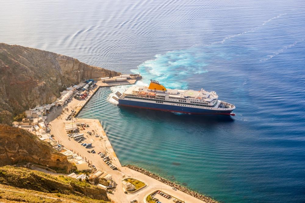Vue aérienne d'un ferry sur l'île de Santorin en Grèce