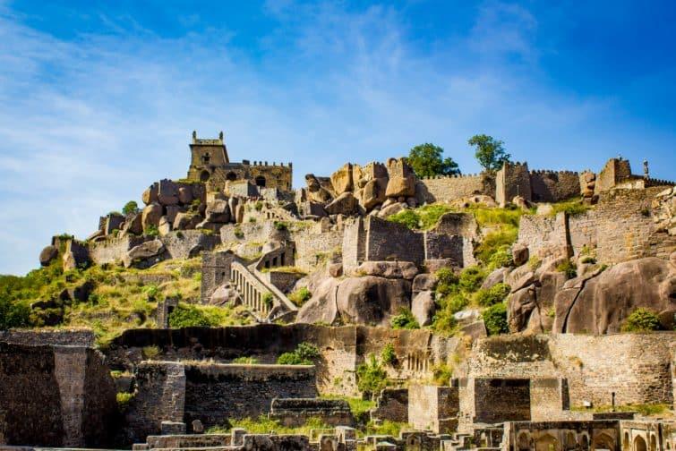 Panorama sur les nombreuses couches et structures du fort Golconda à Hyderabad, Inde
