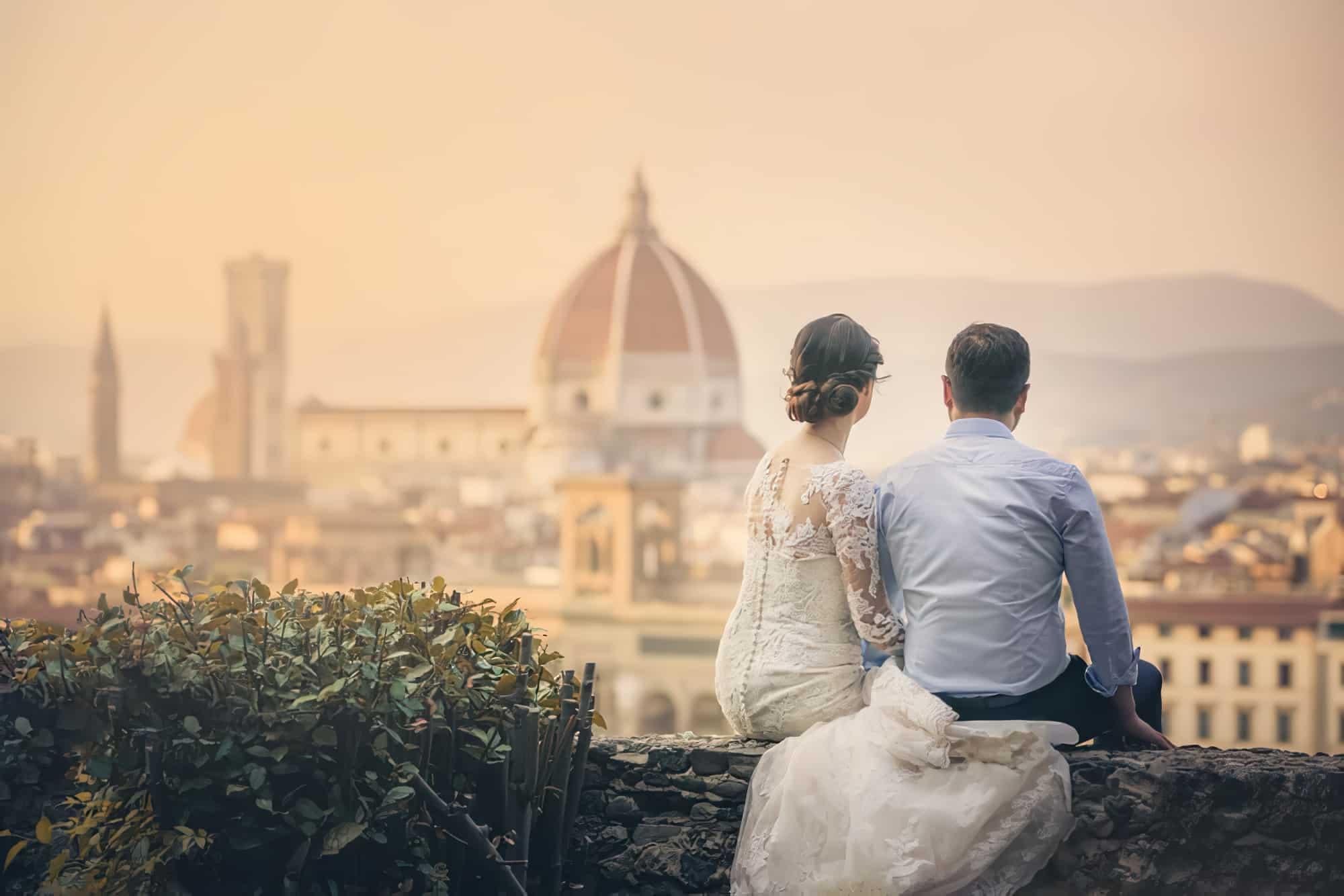 Couple de mariés faisant face au Dôme de Florence