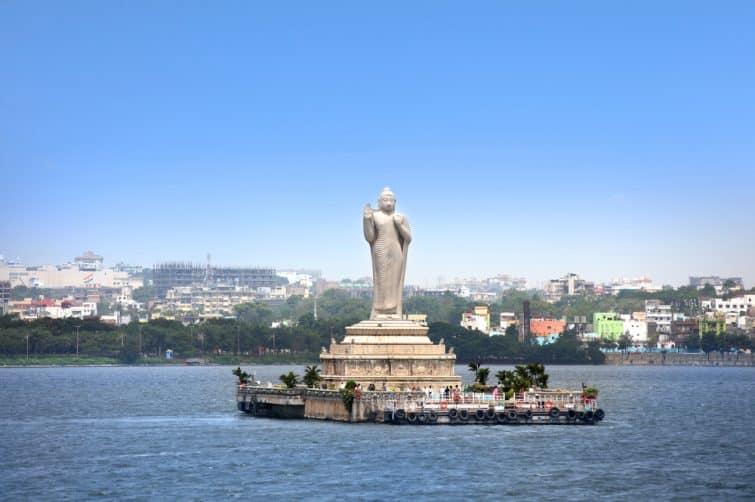 Statue de Bouddha sur le lac Hussain Sagar, Hyderabad, Inde