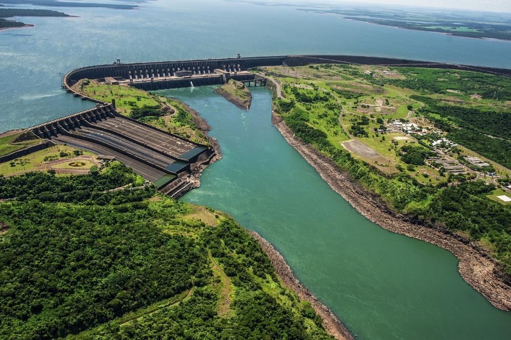 Barrage d'Itaipu à la frontière du Brésil et du Paraguay