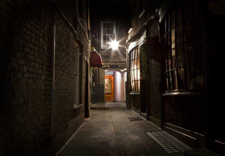 Vieille et sombre ruelle à Londres