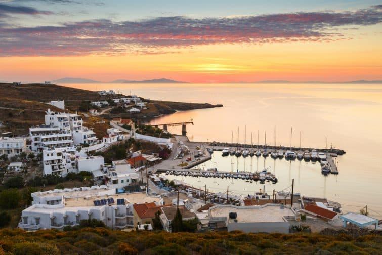 Coucher de soleil sur le village et le port de Loutra, Kythnos, Grèce