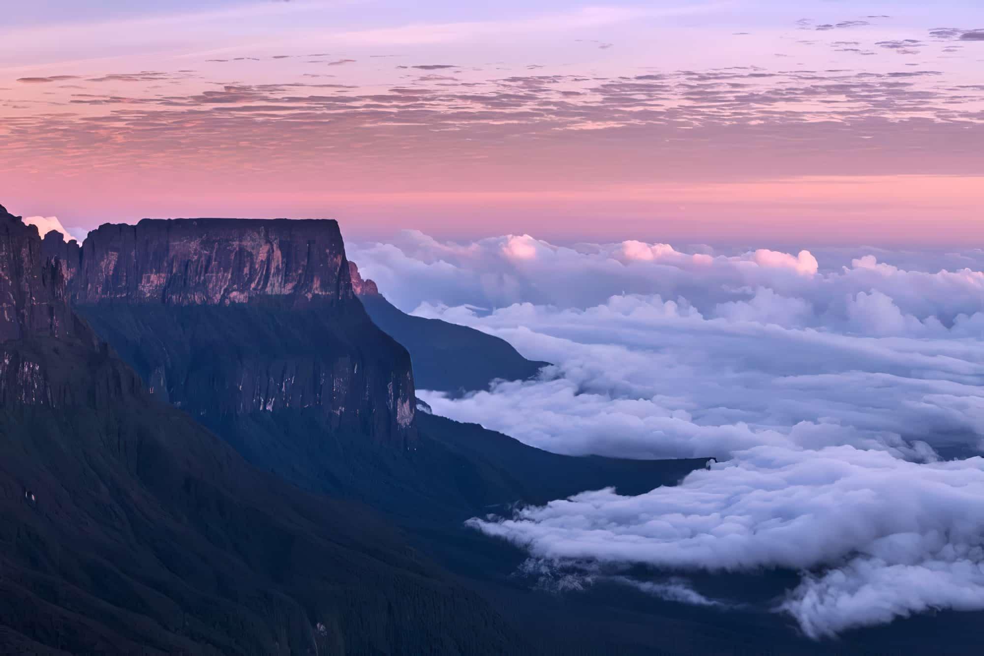 Le mont Roraima dans les nuages, Venezuela