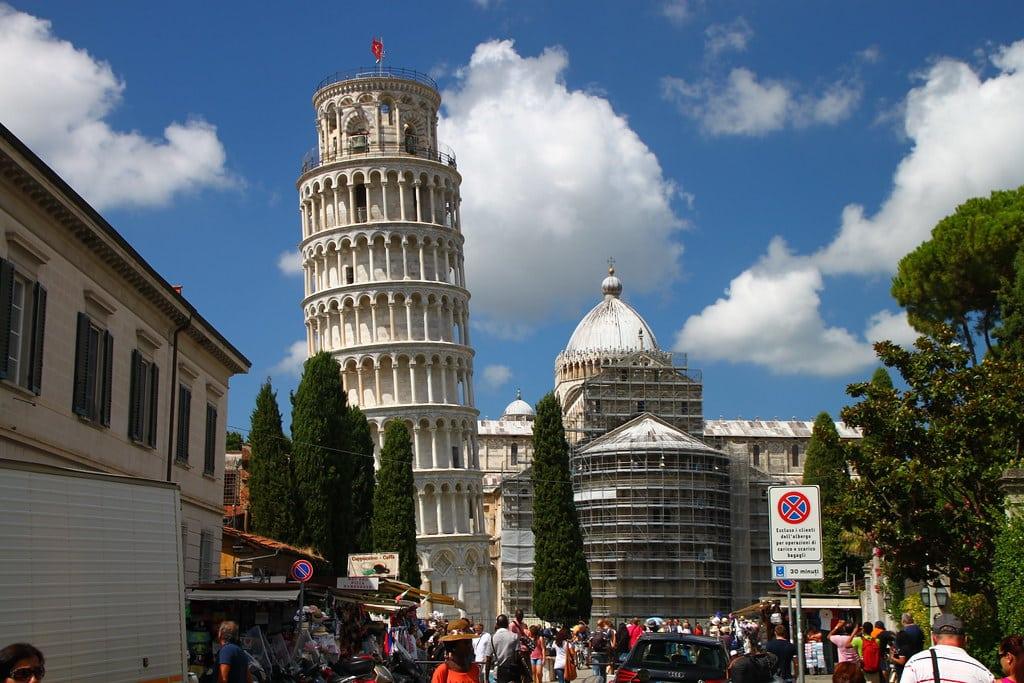 La Tour de Pise vu de la rue piétonne