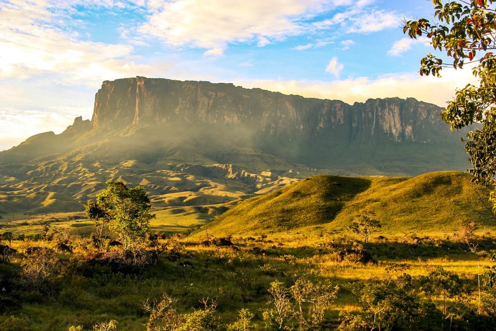 Vue sur Kukenan en randonnant le mont Roraima à la frontière entre le Venezuela, le Brésil et le Guyana