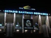 La façade du Bernabéu de nuit