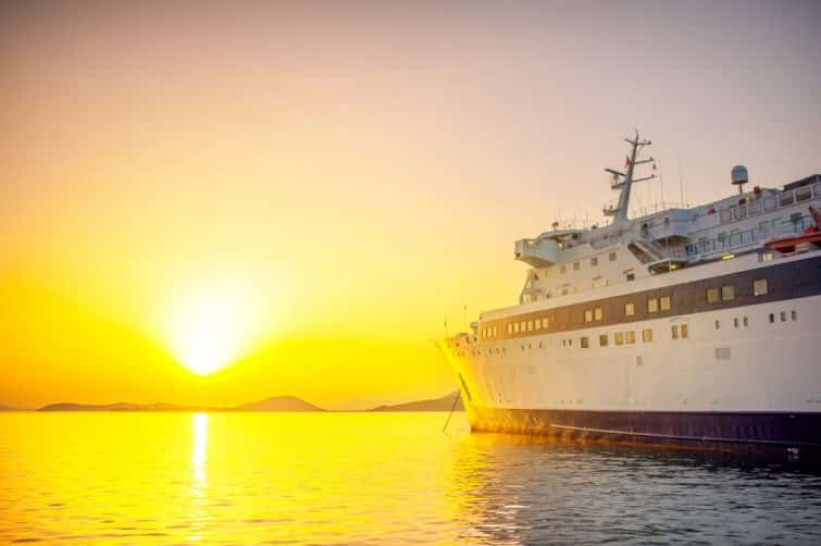 Ferry en mer et coucher de soleil