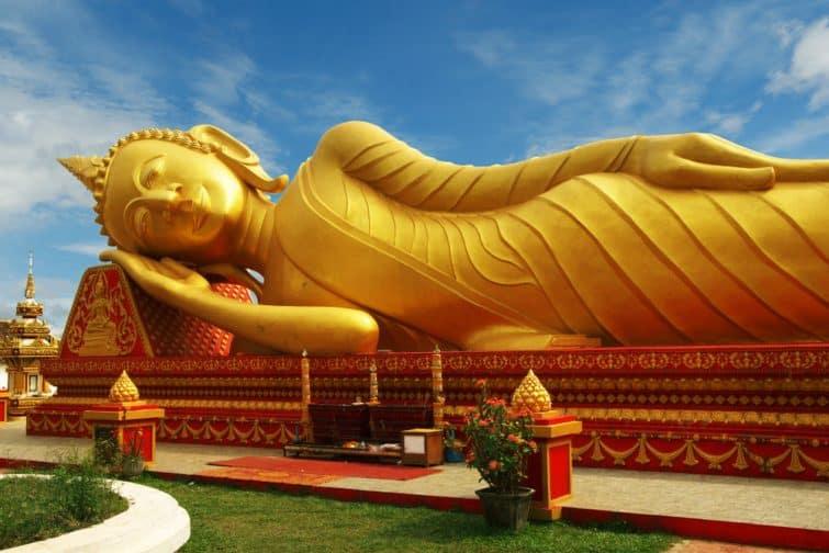 statue de bouddha couché au temple de Pha That Luang à Vientiane, Laos