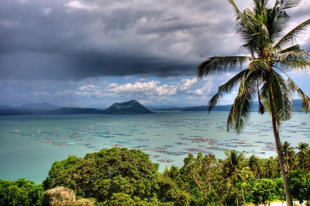 Vue sur le lac et le volcan Taal aux Philippines