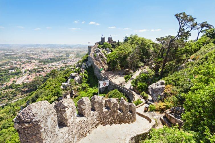 Le château des Maures est un château médiéval situé sur une colline à Sintra, au Portugal