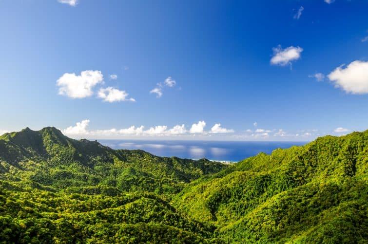 """Vue imprenable panoramique depuis un endroit appelé """"L'Aiguille"""" sur Rarotonga, l'île principale des Îles Cook dans le Pacifique Sud. Le point de vue peut être atteint en randonnant la """"Cross Island Walk""""."""