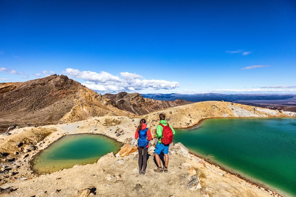 Point de vue sur les lacs dans le parc nationak de Tongariro en Nouvelle-Zélande
