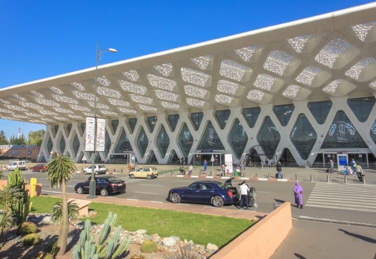 Voitures devant l'aéroport de Marrakech