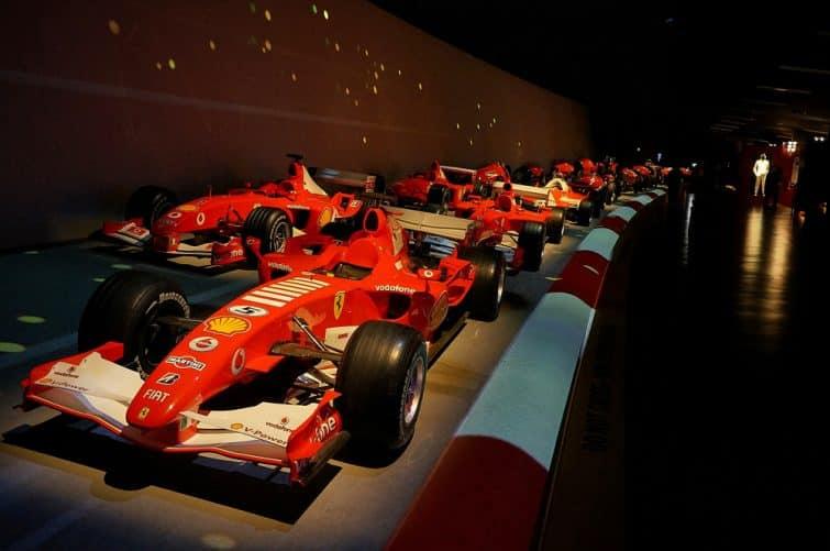 Dans le musée de l'automobile