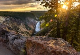 Cascade et coucher de soleil au Parc National de Yellowstone