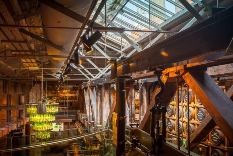Intérieur de la distillerie Jameson à Dublin