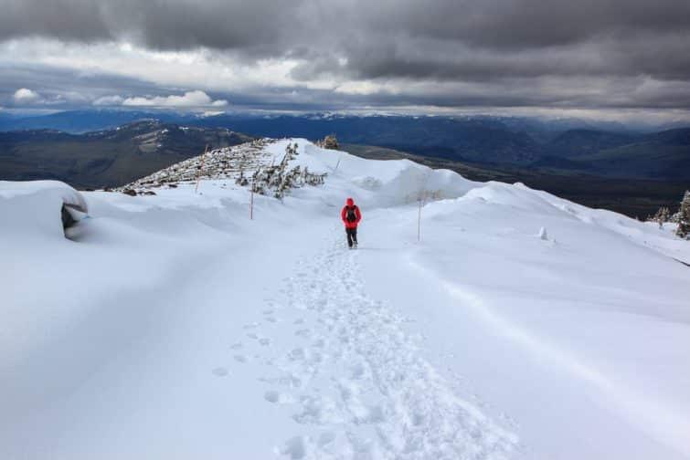 Homme marchant dans la neige au Parc National de Yellowstone