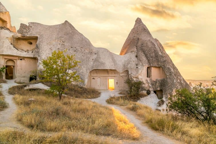 Maison et coucher de soleil à Zelve, Cappadoce, Turquie