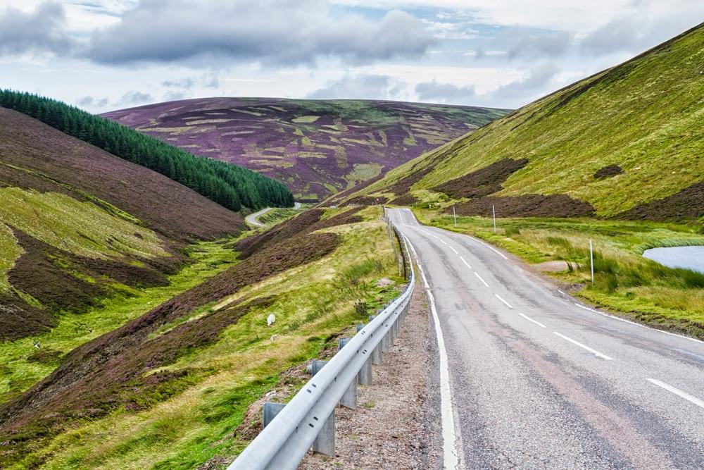 Route pittoresque en Scottish Highlands, parc national du Caire près de la station de ski de Lecht, Cairngorms National Park